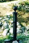 Brunnen, schwarz lackiert