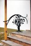 Treppengeländer mit Baum in schwarz lackiert